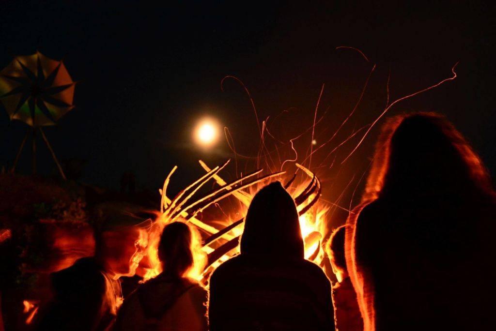 Samsara 2016 - people around fire